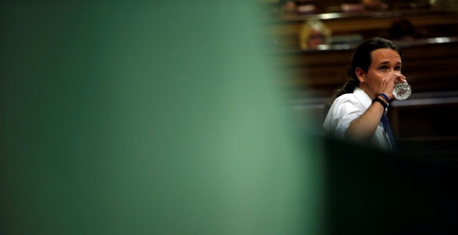 El líder de Podemos, Pablo Iglesias, bebe un vaso de agua durante la moción de censura en el Congreso de los Diputados.  REUTERS/Susana Vera