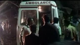 Serveis d'emergència atenent els ferits per l'explosió a Paravur