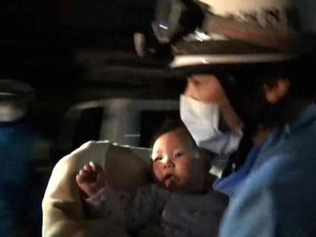 Bebê de 8 meses foi retirado dos escombros na cidade japonesa de Mashiki. Um tremor de 6.0 atingiu o sul do país na quinta-feira (14) (Foto: Kumamoto Prefectural Police / AFP)