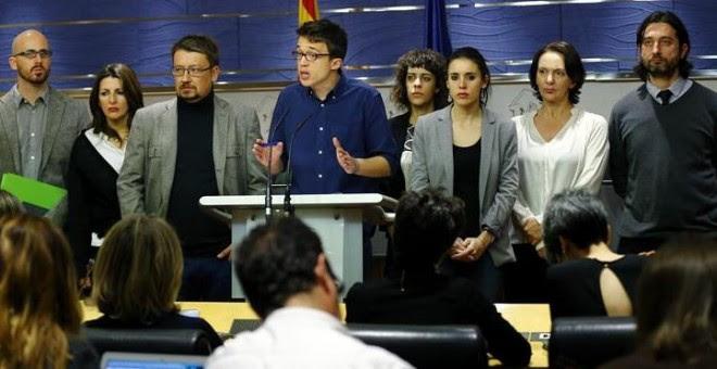 El portavoz de Podemos, Íñigo Errejón (c), junto a los miembros del equipo negociador durante la rueda de prensa ofrecida esta tarde en el Congreso de los Diputados, en la que han anunciado que el pacto que el PSOE ha firmado con Ciudadanos ha frustrado