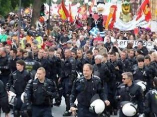 Φωτογραφία για ΦΩΤΟΓΡΑΦΙΑ: Τα ΜΑΤ έβγαλαν τα κράνη και διαδήλωσαν με το λαό!