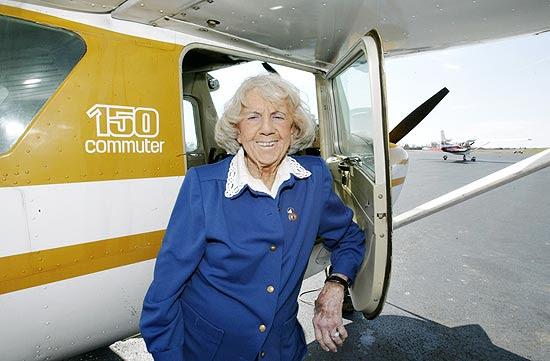 "Evelyn Bryan Johnson, a ""Mamãe Pássaro"", no aeroporto Moore-Murrell"