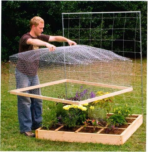 """Wire mesh """"lid"""" to keep out animals   nice. . .I definitely need some of these! Our cats have"""