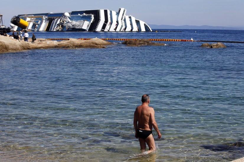 Disfrutando de la playa junto al 'Concordia'