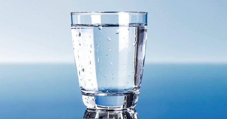 arroja un vaso de agua a la calle, es una cábala de Año Nuevo