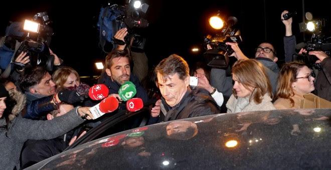 Ignacio González, a su salida de la cárcel de Soto del Real. / KIKO HUESCA (EFE)