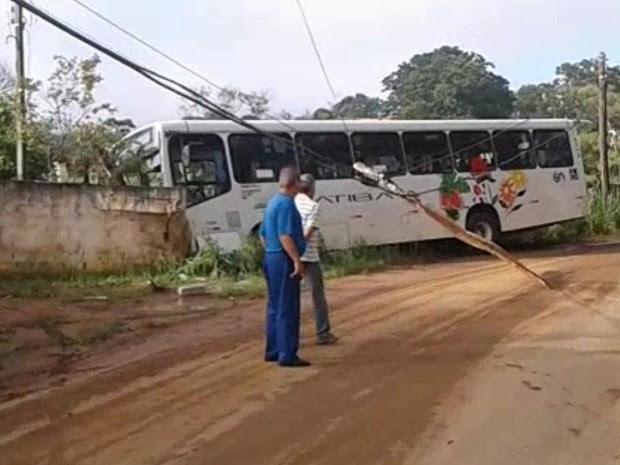 Ônibus bate em muro e derruba poste em Nazaré Paulista (Foto: Luiz de Moraes/Vanguarda Repórter)