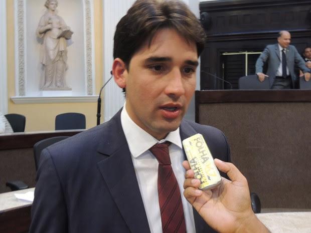 Deputado da oposição, Silvio Costa Filho (PTB) criticou o projeto de lei do Poder Executivo, apontando falta de clareza na proposta (Foto: Luna Markman/G1)