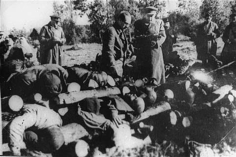 Oficiais soviéticos observam pilhas de corpos no campo de Klooga. Devido ao rápido avanço das forças soviéticas, os alemães não tiveram tempo para queimá-los com o intuito de esconder seus horrendos crimes. Klooga, Estônia, 1944.