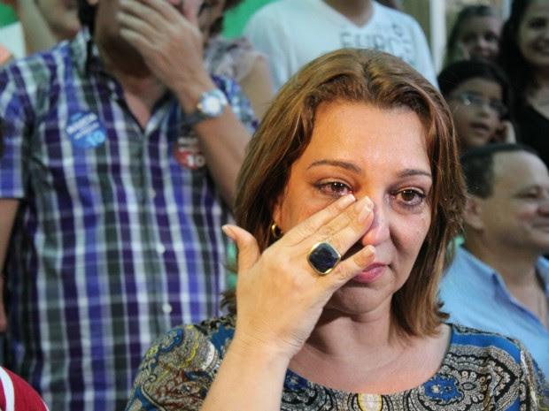 Márcia Peralles se emociona diante dos seus eleitores ao ser reeleita reitora da Ufam (Foto: Tiago Melo/G1 AM)