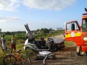 Casal estava no carro que bateu na carreta (Foto: Divulgação/3ª Companhia da PM)