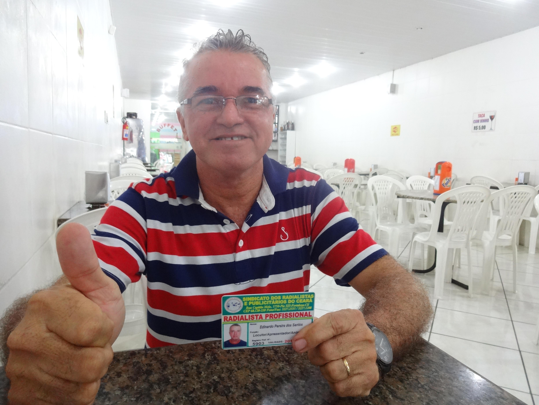 Edy Santos exibe com orgulho sua carteira de radialista, conquistada com muito esforço. (FOTO: Tribuna do Ceará/ Rosana Romão)