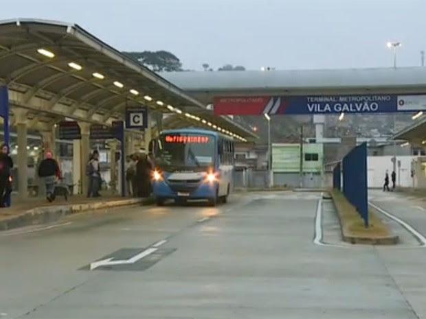Terminal de ônibus da Vila Galvão estava vazio na manhã desta sexta (Foto: TV Globo/Reprodução)