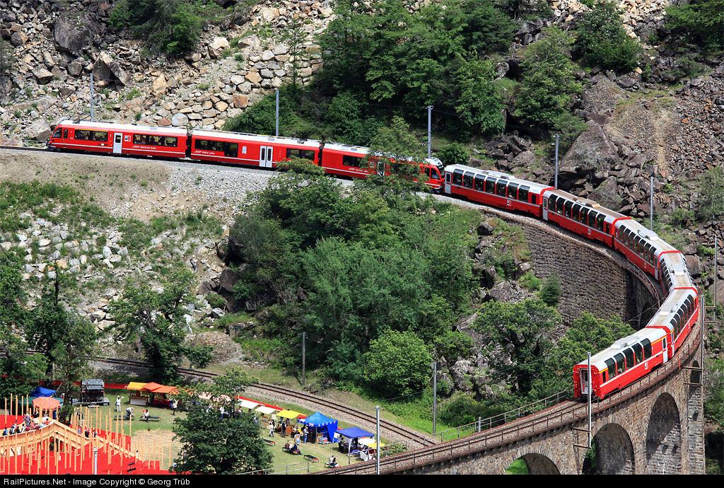 Viaduto ferroviário em espiral Brusio na Suíça 05