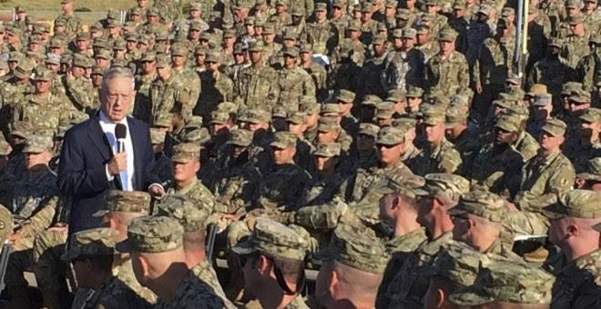 El secretario de Defensa Jim Mattis habla con las tropas en una sala de cine al aire libre en Guantánamo, Cuba, el jueves 21 de diciembre de 2017. La visita no anunciada ha sido la primera realizada por un secretario de defensa desde que Donald Rumsfeld l