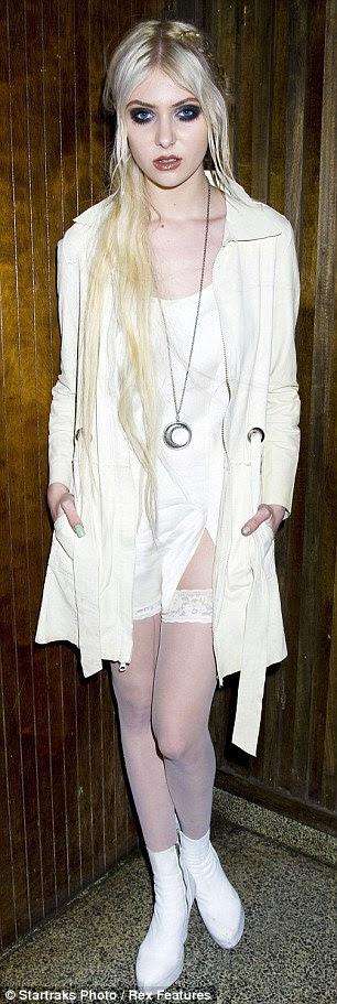 Explorando diferentes olhares: Taylor mudou-se seu olhar risque nos últimos dias - vestindo todo branco em rosas um Guns N 'concerto e um vestido de cocktail laçado em um desfile de moda Marchesa