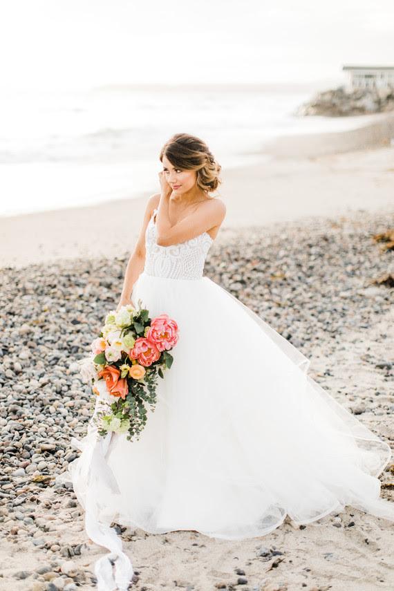 Die Braut in Ihrem Hailey Paige Kleid mit textur Mieder auf spaghetti-Trägern und geschichteten Tüll-Rock