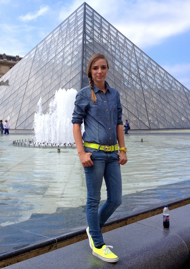 musée du louvre paris france neon yellow vans denim jeans zara citytrip holiday fashion blogger belgium turn it inside out