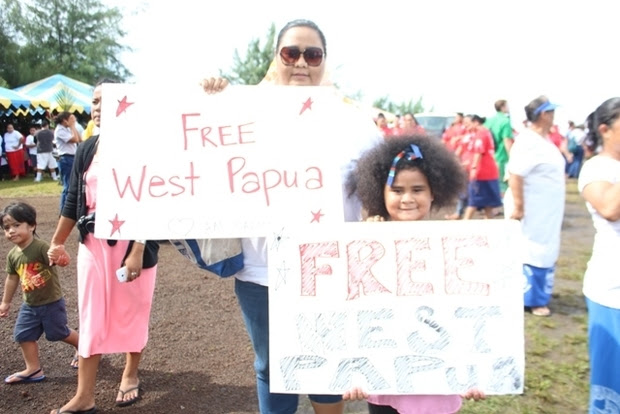 """Valerie Adams and her 7-year-old daughter demonstrating support for a """"Free West Papua"""" to coincide with a visit to Pago Pago by the Indonesian Ambassador to the US."""