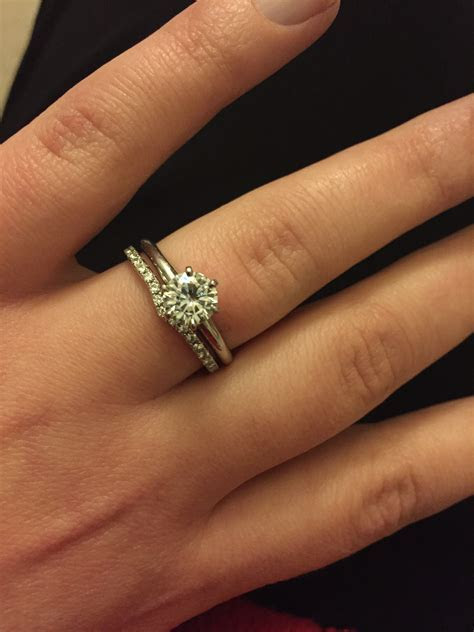 Curved wedding band for solitaire e ring