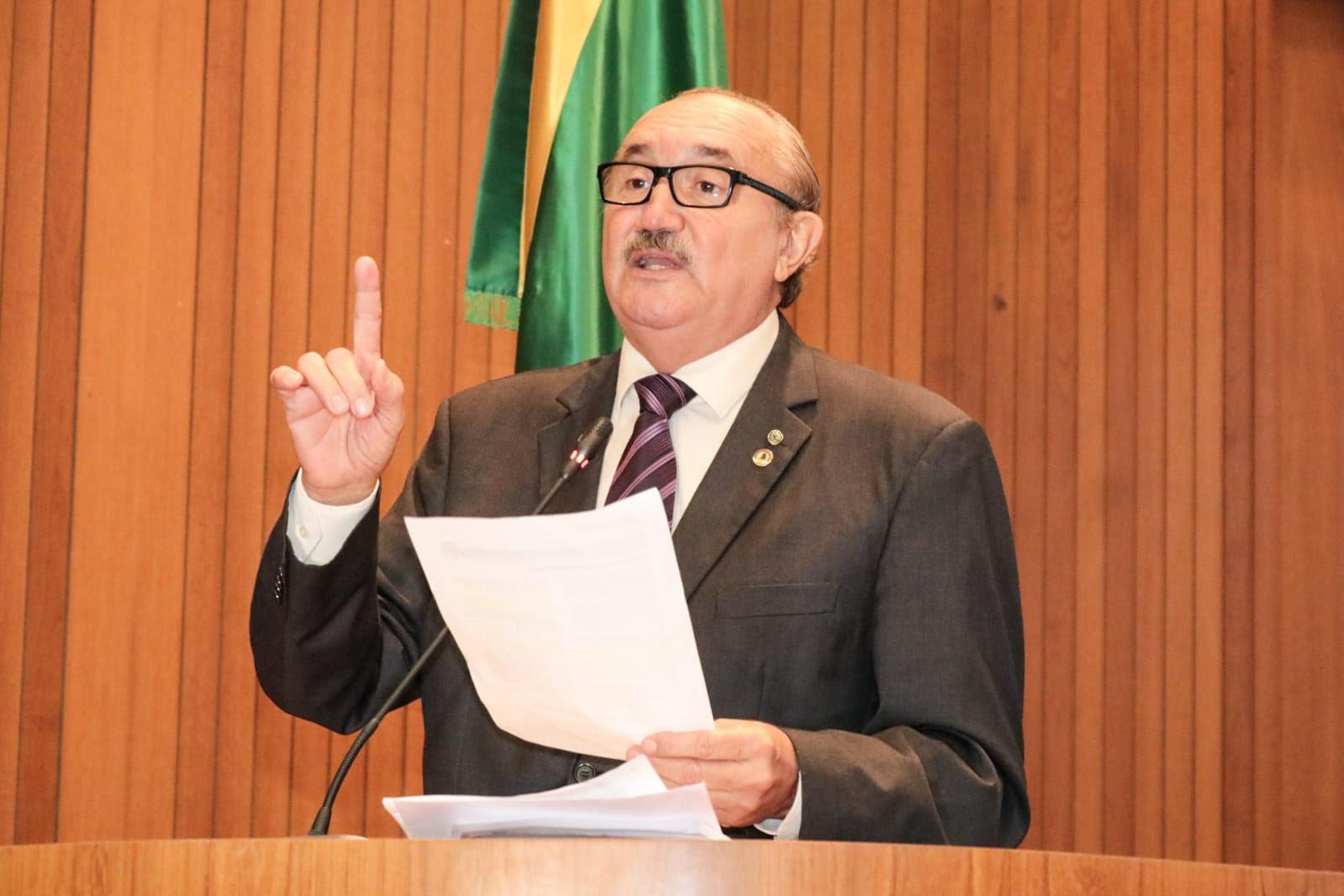 César Pires destaca importância dos professores ao parabenizar profissionais