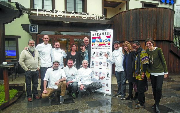 Solidarios. Varios de los cocineros y voluntarios de 'Afrika, elkarrekin bai' presentaron el proyecto en el Hotel Atalaia./F. DE LA HERA