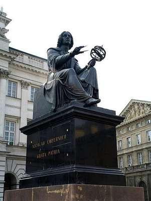 Estátua de Nicolau Copérnico na Varsóvia Foto: Marek and Ewa Wojciechowscy/Wikimedia Commons / Divulgação