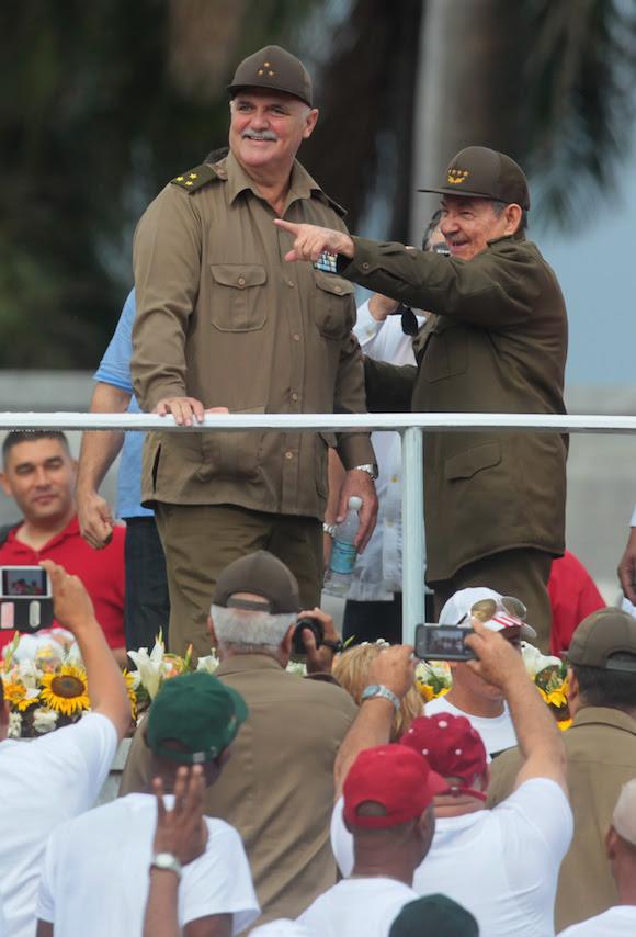 El Presidente Raúl Castro y el Héroe de la República de Cuba, Orlando Villavicencio, en la Plaza de la Revolución, durante el desfile del Primero de Mayo. Foto: Ismael Francisco/ Cubadebate