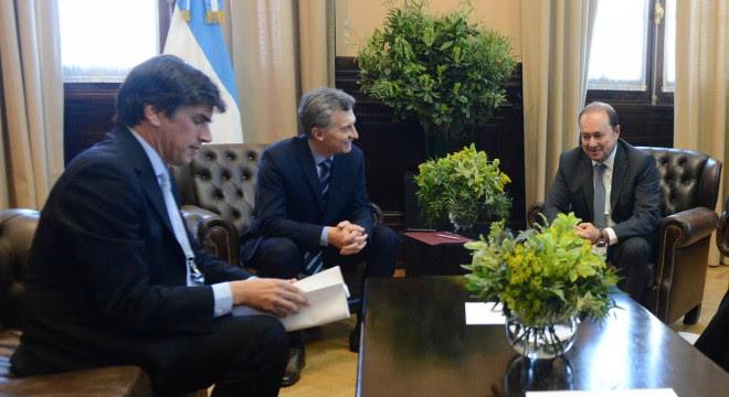 Macri con Reyser en el Mini Davos con con el vice de la Corporación Financiera Internacional (IFC), Dimitris Tsitsiragos, quien prometió inversiones en infraestructura.