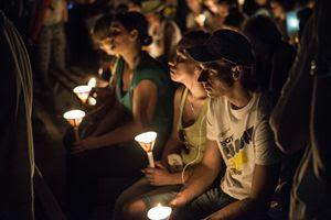 giovani in preghiera con le candele davanti alla Croce (foto Ugo Zamborlini)
