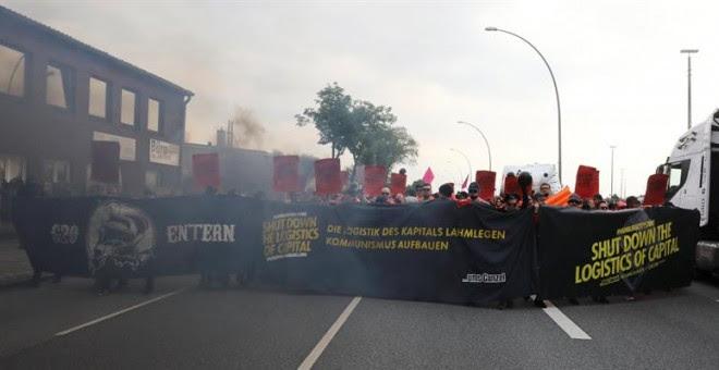 Una manifestación recorre el puerto de Hamburgo (Alemania) hoy, 7 de julio de 2017, de cara a la inauguración de la cumbre del G20. EFE/Focke Strangmann