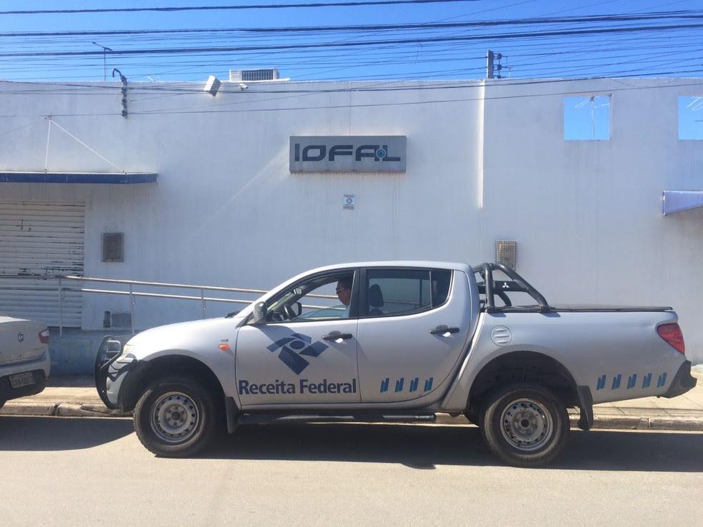 Auditores da Receita Federal acompanham  agentes da Polícia Federal na operação contra desvios no programa de glaucoma (Foto: Carolina Sanches/G1)