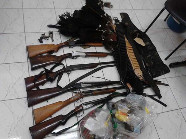 Dois homens foram presos com nove armas e munições de diversos calibres durante uma operação da Polícia Militar no bairro dos Macacos, em Silveiras. Com a dupla também foram flagrados materiais usados em caça e mais 16 pássaros silvestres. Eles foram leva (Foto: Divulgação/PM)