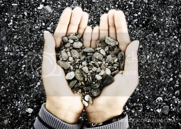 photo tierra-piedras-manos-corazon.jpg