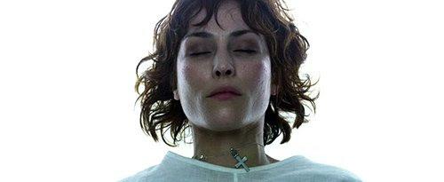 Elizabeth, o herói do filme. ^ Ridly usa uma cruz cristã ao redor do pescoço. Este pendente será simbólica do dilema espiritual que pode resultar das conclusões da missão.
