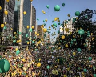 Mais de duzentas cidades do Brasil e do exterior são palco de manifestações contra o governo Dilma