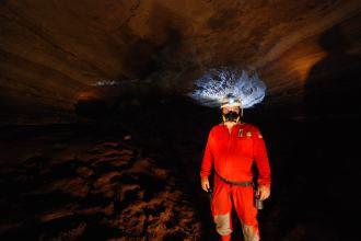 Em uma das cavernas de Felipe Guerra com equipamento adequado para entrar nestes ambientes - Foto - Solon R. A. Netto