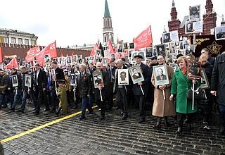 Владимир Путин принял участие вакции «Бессмертный полк» .