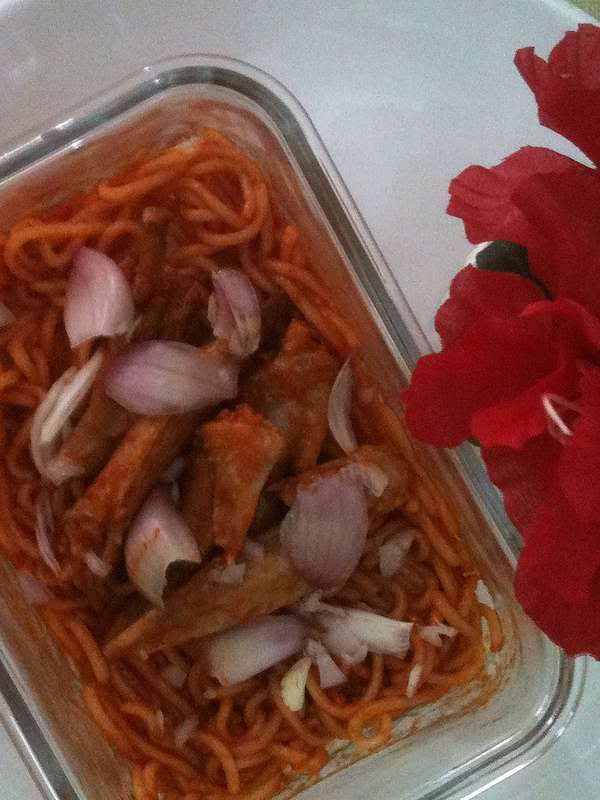 AmCherrie my cooking :Tomato and red onion with fried noodle.