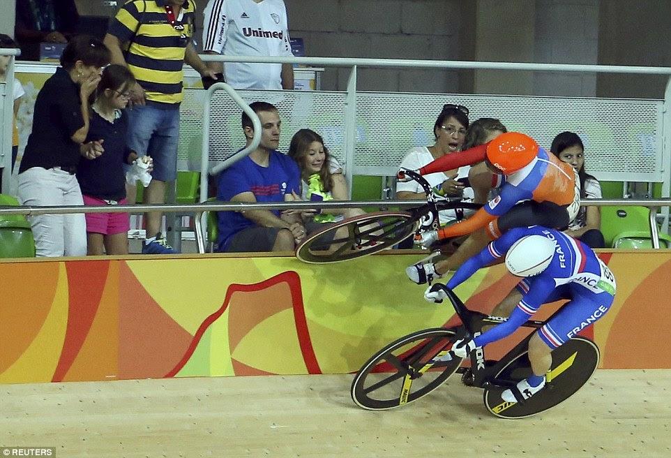 Laurine van Riessen é forçado à direita na parte superior dos trilhos por da França Virignie Cueff, deixando espectadores encolhidos