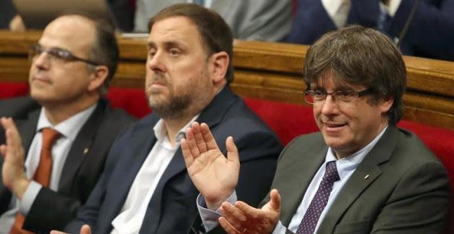 El presidente de la Generalitat, Carles Puigdemont, junto al vicepresidente del Govern, Oriol Junqueras,  durante el debate en el Parlament. - EFE