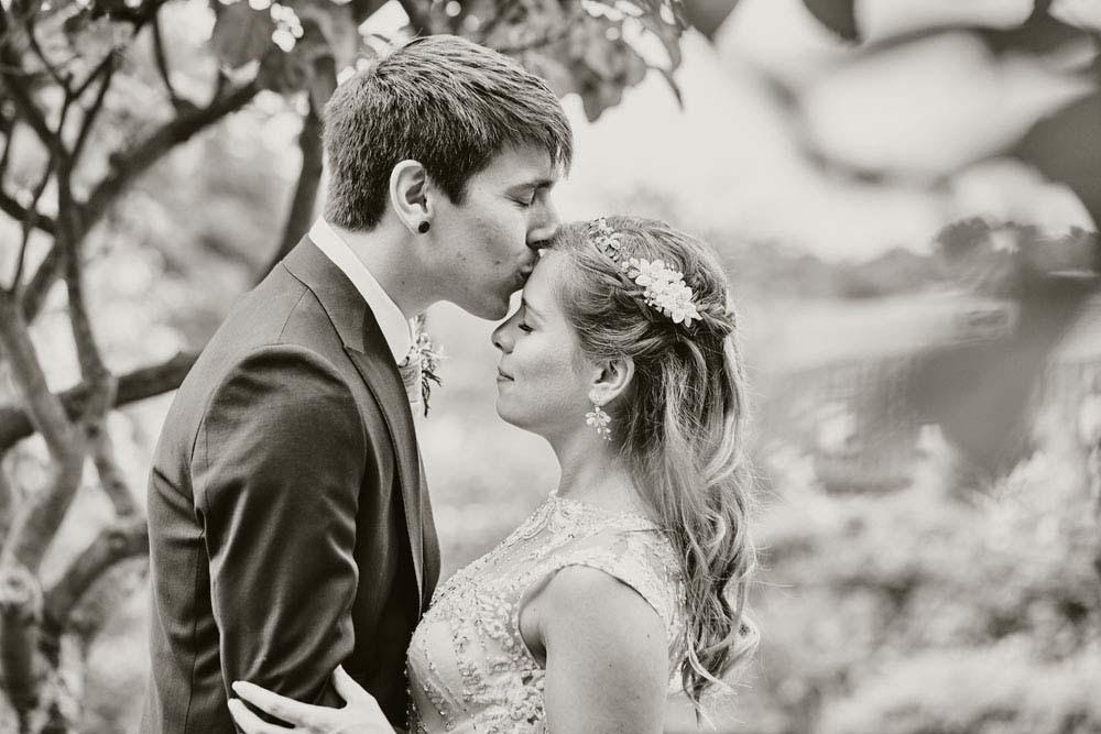 Groom kisses bride on forehead - www.helloromance.co.uk