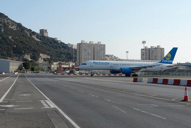 Aeroporto de Gibraltar: Avenida cruza pista dos aviões [Foto: NervousEnergy - CC BY-NC-SA 2.0]