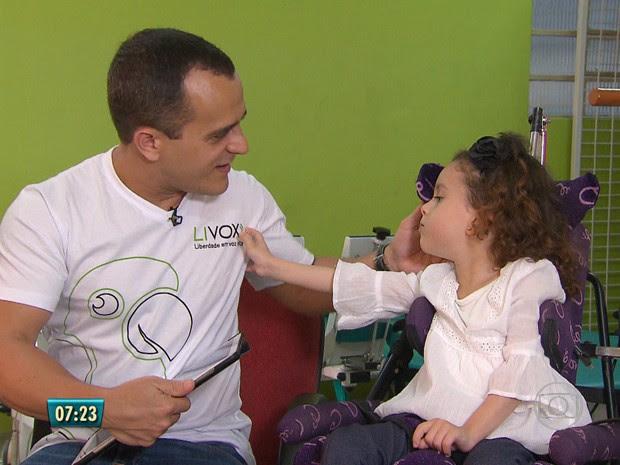 Clarinha teve paralisia cerebral e não movimenta o corpo, mas entende tudo  (Foto: Reprodução / TV Globo)
