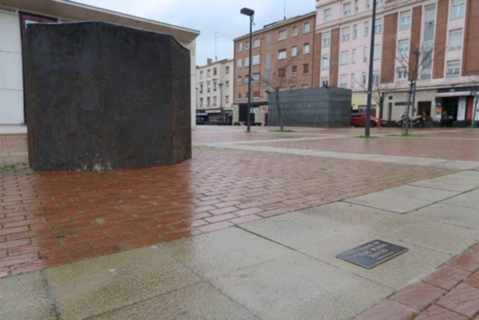 """Secuencia de la pieza de Karmelo Bermejo '10.000 euros de dinero público enterrados en el punto de coordenadas 42º 50' 57.2172"""" Norte y 2º 40' 5.3688"""" Oeste'."""