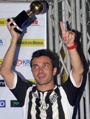 Falcão recebe o prêmio de artilheiro da Liga Futsal 2011 (Foto: Ivan Storti/Santos FC)
