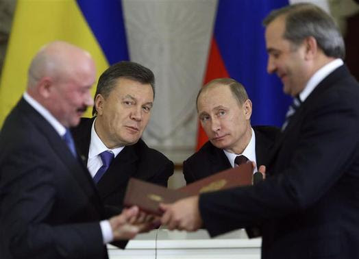 Russia's President Vladimir Putin (R, back) and his Ukrainian counterpart Viktor Yanukovich (L, back) attend a signing ceremony after a meeting of the Russian-Ukrainian Interstate Commission at the Kremlin in Moscow in this December 17, 2013 file photo. REUTERS-Sergei Karpukhin-Files