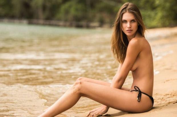 Brasileira que virou apresentadora em Hollywood faz topless em ensaio sensual VIP/ Divulgação/