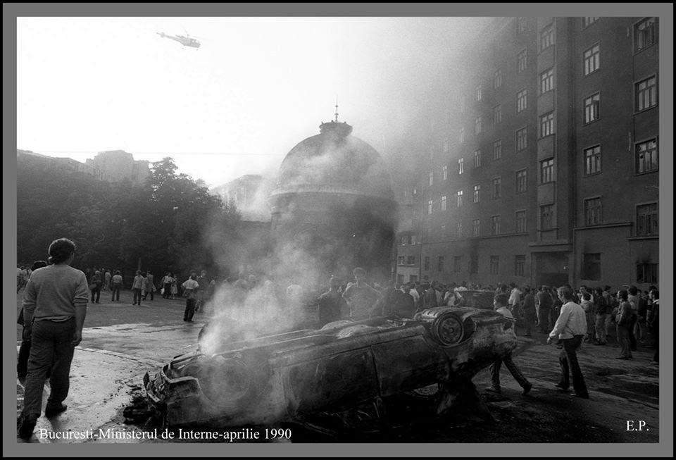 13 iunie 1990 in fata la MAI - Foto Emanuel Parvu