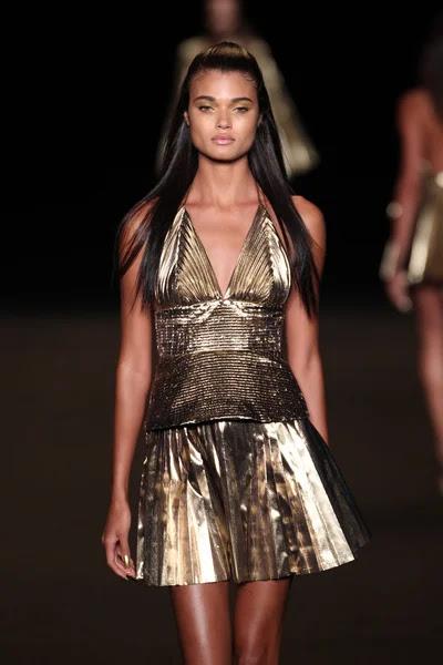 Modelo camina la pasarela de la moda meskita — Foto de Stock #52739929